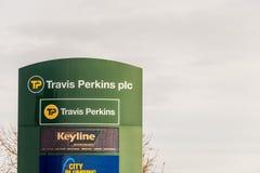 北安普顿英国2017年12月09日:特拉维斯珀金斯建造者商人商标签到Brackmills工业庄园 免版税库存照片