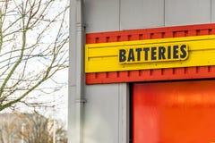 北安普顿英国2018年1月05日:电池在仓库墙壁上的商标标志 免版税图库摄影