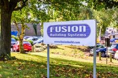北安普顿英国2017年10月3日:融合大厦系统商标标志立场北安普顿工业庄园 库存图片