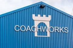 北安普顿英国2018年1月06日:防御Coachworks事故并且碰撞修理中心在仓库墙壁上的商标标志 库存照片