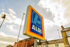 北安普顿英国2017年10月3日:阿尔迪商标签署北安普顿集中 免版税库存图片