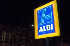 北安普顿英国2017年10月3日:阿尔迪商标签署北安普顿集中 库存照片