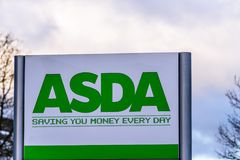 北安普顿英国2018年1月06日:Asda大型商场商标标志外部 免版税库存照片