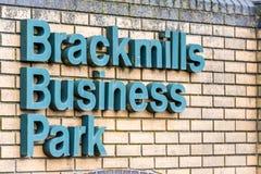 北安普顿英国2017年12月07日:Brackmills商业区商标签到Brackmills工业庄园 免版税库存图片