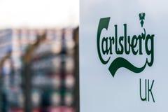 北安普顿英国2018年1月06日:Carslberg英国商标签署金属为急件堆积的啤酒小桶啤酒 库存照片