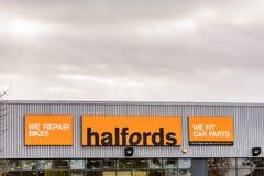 北安普顿英国2017年10月29日:Halfords商标签署北安普顿集中 库存照片