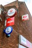 北安普顿英国2017年10月3日:Moneygram太阳全国抽奖和邮局商标标志站立北安普顿 库存照片
