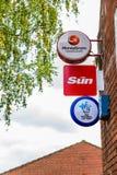 北安普顿英国2017年10月3日:Moneygram太阳全国抽奖和邮局商标标志站立北安普顿 免版税图库摄影