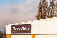 北安普顿英国2018年1月10日:Topps铺磁砖在仓库墙壁上的商标标志 库存图片