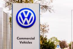 北安普顿英国2017年10月29日:VW大众商标标志立场Sixfields Reatil公园 免版税库存照片