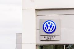 北安普顿英国2017年10月29日:VW大众商标标志立场Sixfields Reatil公园 免版税库存图片