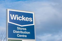 北安普顿英国2017年12月09日:Wickes建造者商人商标签到Brackmills工业庄园 免版税库存照片