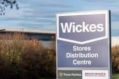 北安普顿英国2017年12月09日:Wickes建造者商人商标签到Brackmills工业庄园 免版税库存图片