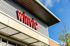 北安普顿英国2017年10月3日:Winvic商标标志立场北安普顿工业庄园 库存照片