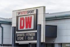 北安普顿,英国- 2017年10月26日:一个DW Intersport Fitnes俱乐部商标的看法在Nene谷零售公园 库存照片