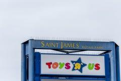 北安普顿,英国- 2017年10月26日:一个ToysRUs商标的看法在Nene谷零售公园 免版税库存照片