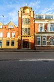 北安普顿,英国- 2017年9月10日:低角度Churchs English Shoes Company办公室门面早晨视图  免版税图库摄影