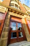 北安普顿,英国- 2017年9月10日:低角度Churchs English Shoes Company办公室门面早晨视图  免版税库存照片