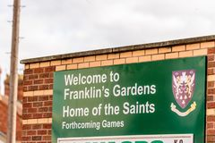 北安普顿,英国- 2017年10月29日:天欢迎视图射击到富兰克林庭院回家圣徒橄榄球信息立场 库存照片