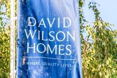 北安普顿,英国- 2017年10月25日:天观点的卫奕信在河沿零售公园回家商标 库存图片