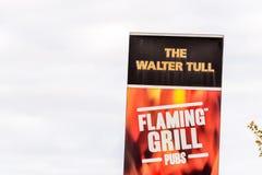 北安普顿,英国- 2017年10月29日:天视图射击了在Sixfields零售的瓦特塔尔火焰状格栅肉火朋友商标 库存图片