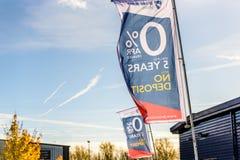 北安普顿,英国- 2017年10月25日:汽车销售在河沿零售公园的旗子商标天视图  免版税图库摄影