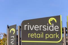 北安普顿,英国- 2017年10月25日:河沿零售公园商标标志天视图  库存图片