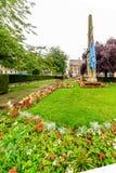 北安普顿,英国- 2017年8月09日:北安普顿战争纪念建筑多云雨天视图在市中心 免版税库存图片