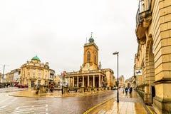 北安普顿,英国- 2017年8月08日:诸圣日教会多云雨天视图在北安普顿中心 免版税库存照片