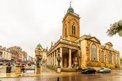 北安普顿,英国- 2017年8月08日:诸圣日教会多云雨天视图在北安普顿中心 免版税图库摄影