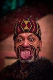 北岛,新的西兰17日2017年:关闭伸出有传统上tatooed面孔的一个毛利人人舌头  免版税库存图片