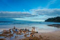 北岛,新的西兰16日2017年:开掘他们热水的游人自己的温泉城靠岸, Coromandel 130,000 免版税库存照片