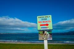 北岛,新的西兰18日2017年:游泳不是仅区域小船的一个情报标志位于陶波,新西兰 免版税库存图片