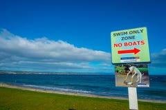 北岛,新的西兰18日2017年:游泳不是仅区域小船的一个情报标志位于陶波,新西兰 库存图片