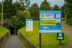 北岛,新的西兰16日2017年:Arapuni桥梁的一个情报标志在水力发电的动力火车的  免版税库存照片