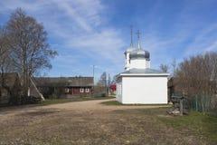 北村庄的风景在春天有教会的 免版税库存图片