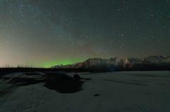 北极光和银河 免版税库存图片