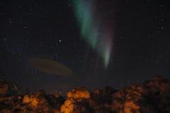北极光和飞碟云彩 库存照片