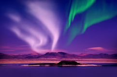 北极光在夜空的极光borealis在美丽的湖环境美化 免版税库存照片