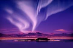 北极光在夜空的极光borealis在美丽的湖环境美化 免版税库存图片