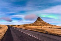 北极光在Kirkjufell冰岛 免版税库存图片