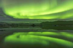 北极光展示在jokulsarlon盐水湖 免版税库存照片