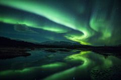 在一个盐水湖之上的北极光在冰岛 库存照片