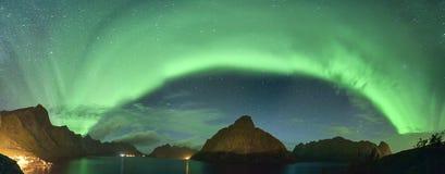 北极光从Lofoten,挪威的极光borealis全景  免版税图库摄影