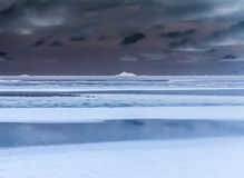 北极冰冷的土地在与冰山的晚上 免版税库存照片