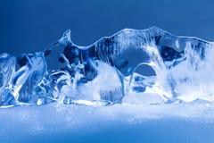 北极冰冷的寺庙 冻结的水晶蓝色冰背景,抽象形状 宏观看法浅景深 图库摄影