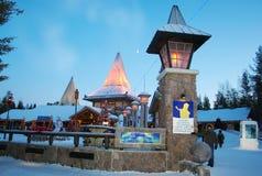 北极圈的三塔村。罗瓦涅米,拉普兰,芬兰。 库存照片