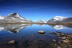 北极山湖 库存图片
