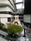 北极熊雕象在镇里 免版税库存图片