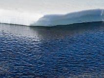 北极边缘冰熔化的海运 免版税图库摄影